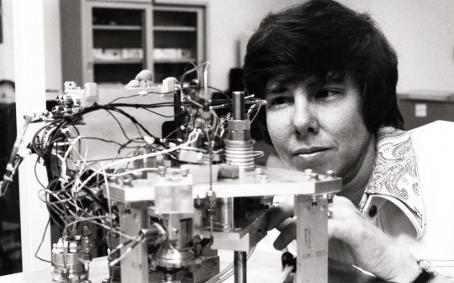 L'auteure Patricia Straat avec l'instrument LR
